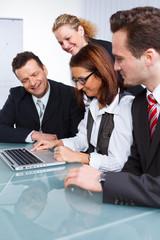 mitarbeiter schauen auf ein laptop