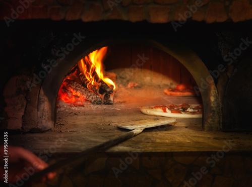 Pizza gotowane w piecu opalanym drewnem