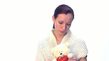 Junge Frau mit Teddy Bär traurig