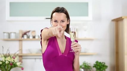 lachende frau mit einem glas sekt