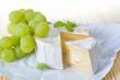 Reifer Camembert mit Trauben