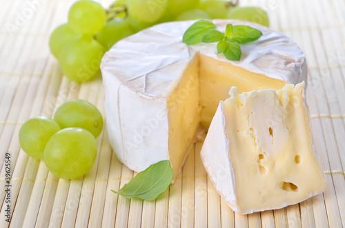 Gereifter Camembert mit Trauben und Majoran