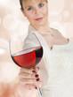 junge Frau (22) in festlicher Kleidung, Weinglas, Bokeh