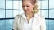 junge Geschäftsfrau führt Telefonat