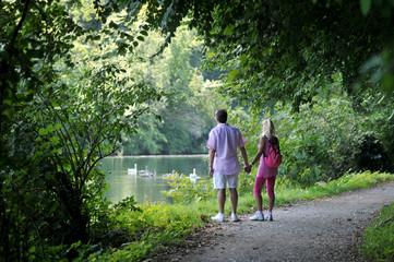 Coppia in passeggiata lungo il fiume