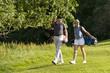 Zwei gutgelaunte Golfer