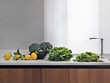 ortaggi e limoni sul piano di marmo vicino al lavandino