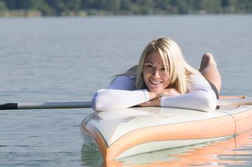 attraktive Blondine auf dem Board