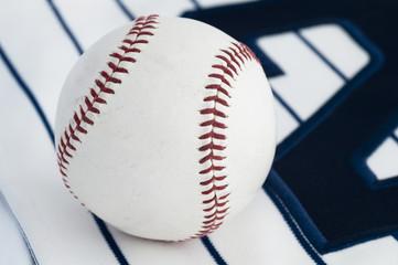 背番号の上に置かれた野球のボール