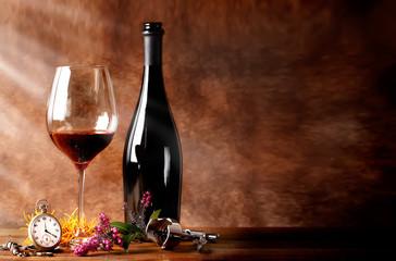 Bottiglia di vino rosso con calice
