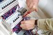 électricien montant un tableau électrique - 39686593