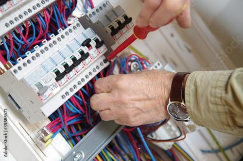 électricien montant un tableau électrique - 39686571
