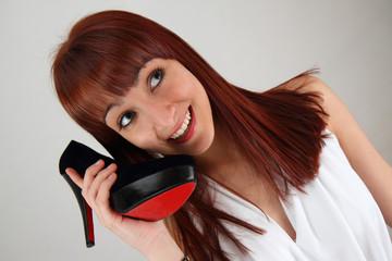 ragazza telefona con una scarpa