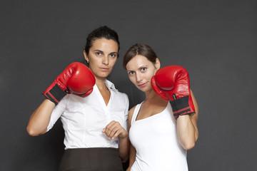 Frauen mit roten Boxhandschuhen schauein in die Kamera