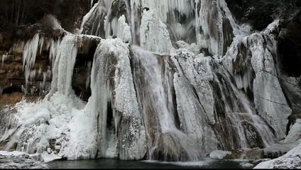cascade de glace et d'eau