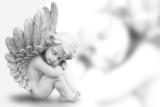 Träumender Engel freigestellt auf weiß