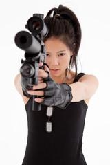 Mujer asiatica apuntando con un arma de fuego