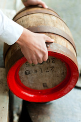 Brauer mit Bierfass in Brauerei