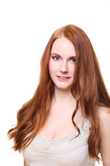 junge frau mit langen roten haaren