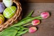 Closeup von Osterkorb mit Tulpen