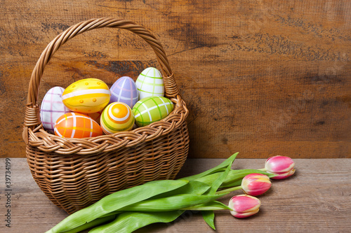 Osterkörbchen mit Tulpen