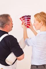Handwerker mit Kundin und Farbfächer