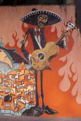 Graffiti de un hombre tocando la guitarra, arte urbano