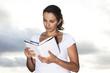 Frau liest Buch unter Wolkenhimmel