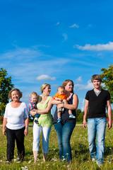 Familie und Generationen - Spaß auf Wiese