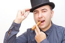 Mężczyzna, palenie papierosów, cygar, kapelusz.