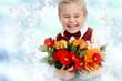 Kind mit Blumen für die Mutter