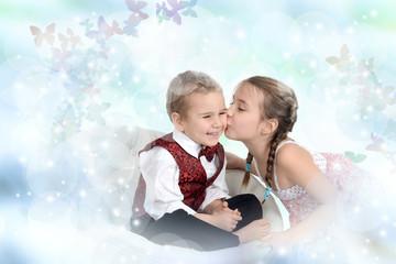 Mädchen küsst Jungen