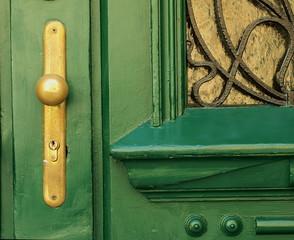 Alte Holztür mit Türgriff aus Metall