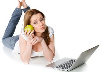 verträumte junge frau vor ihrem laptop