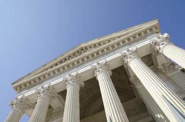 tribunal en perspective sur un ciel bleu