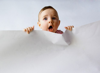 Kind mit dem Papier