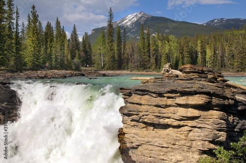 Falls w trudnych górskich rzek w kanadyjskich Rockies
