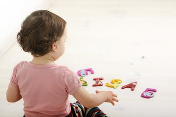 Ein Kind spielt mit Buchstaben