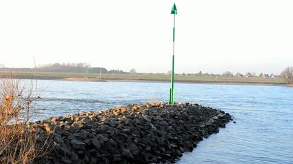 Buhne mit Schifffahrtzeichen am Fluß