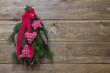 Weihnachtliche Dekoration in Rot mit Tannenzweigen