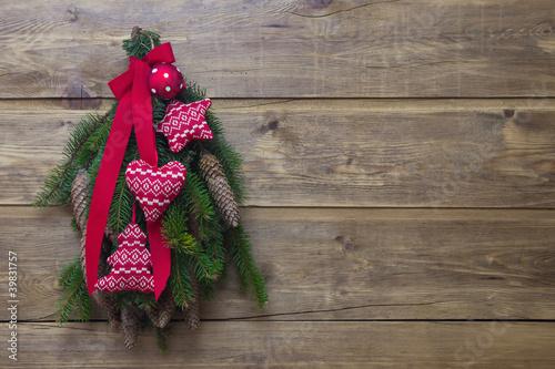 Weihnachtliche dekoration in rot mit tannenzweigen for Dekoration in rot
