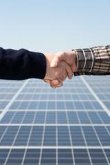 Stretta di mano davanti pannelli fotovoltaici