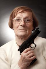 nonna con la pistola