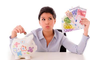 Frau mit Geldscheinen und Sparschwein