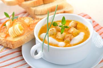 Karottencremesuppe mit Croutons und Sahne