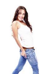 glückliche frau in jeans dreht sich um