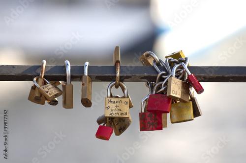 Liebesschlösser an Brücke, freigestellt