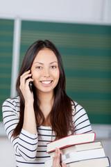 lächelnde studentin telefoniert