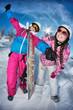 Deux adolescentes avec snowboard