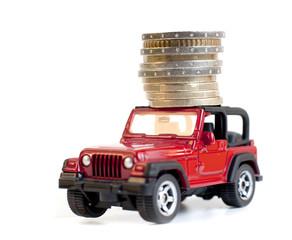 pile de monnaies transportée par une voiture rouge
